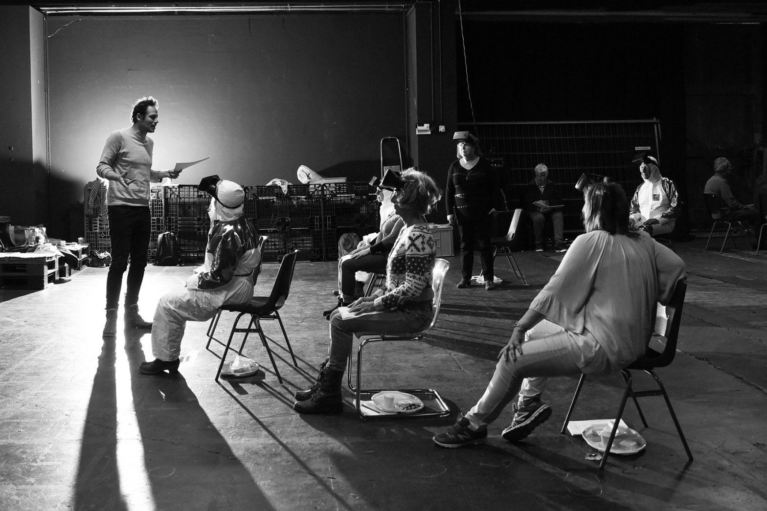 Choreograaf geeft uitleg op podium